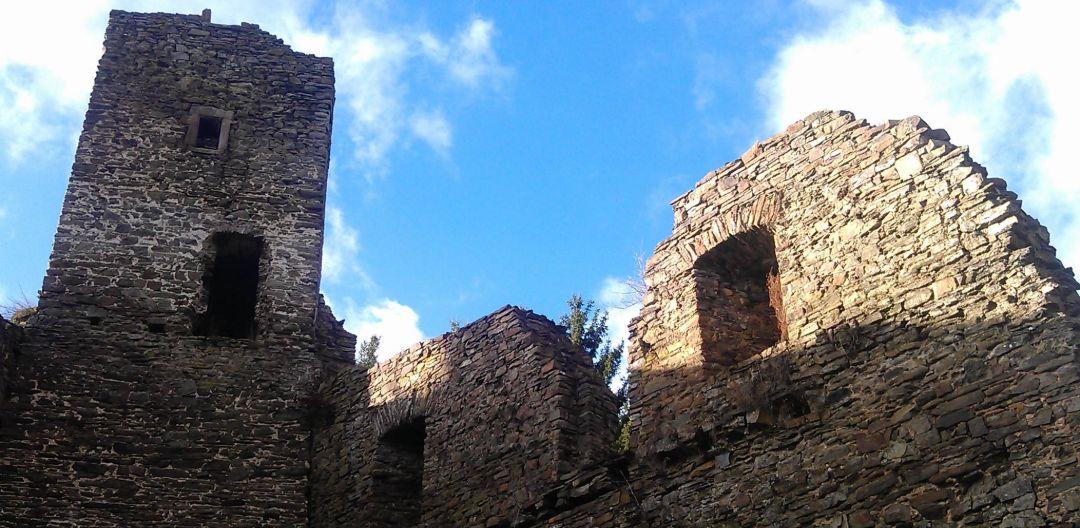 Die Burgruine nah dem Beuerhof