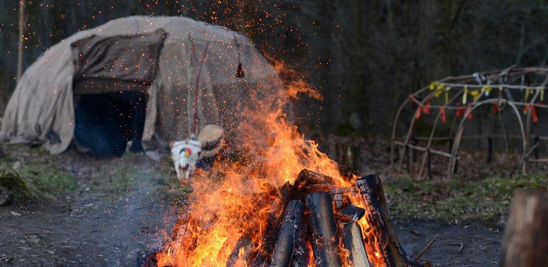 Feuer vor der Lakota Schwitzhütte