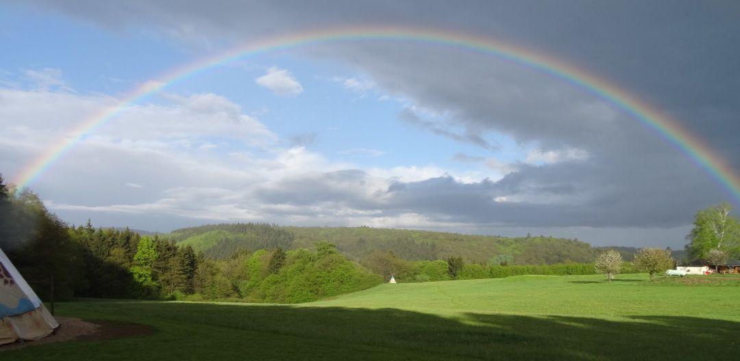 Regenbogen über dem Hofgelände